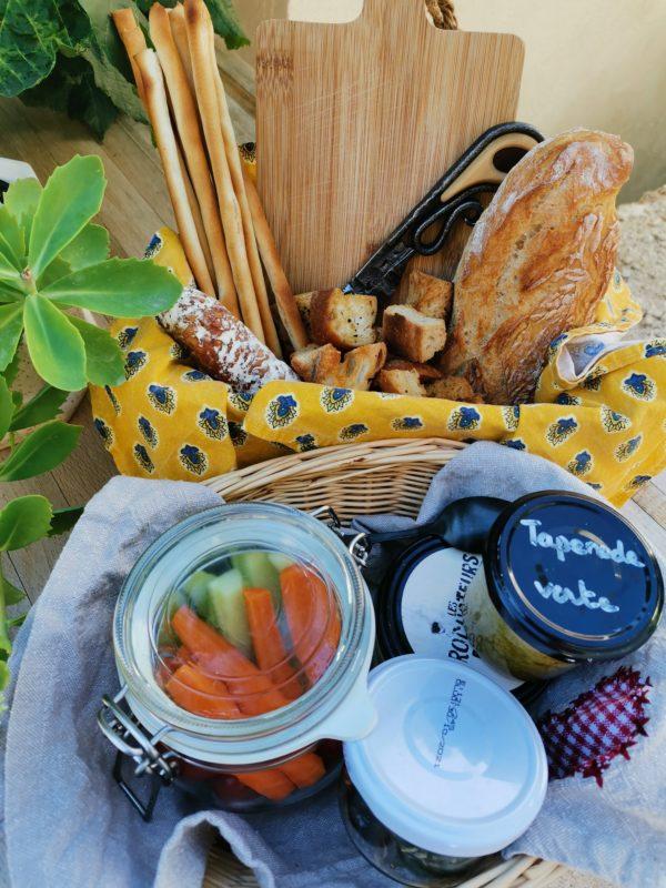 Panier apéritif avec tapenade, légumes croquants, gressins : spécialité PACA