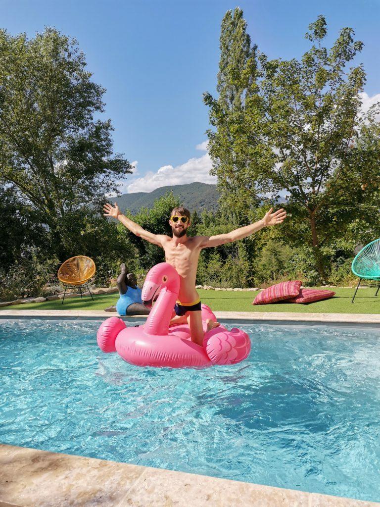 Piscine avec un beau soleil et une bouée flamand rose en Drôme provençale