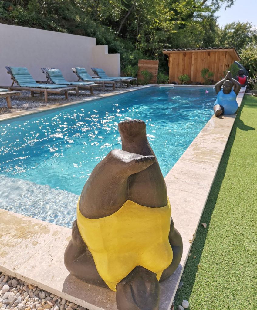 Statue de femme au bord de la piscine de Bulles d'Olive