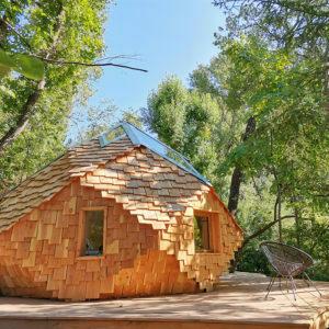 Zome en bois Celeste au milieu de la nature sur sa terrasse en bois