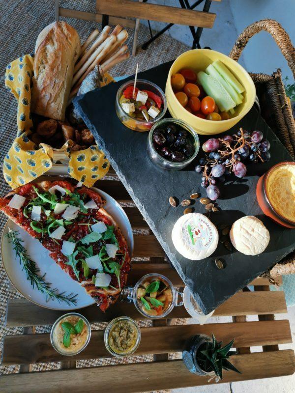 Apéritif dînatoire avec fromage picodon, olives de Nyons, gressins, tapenade verte : spécialités provençales
