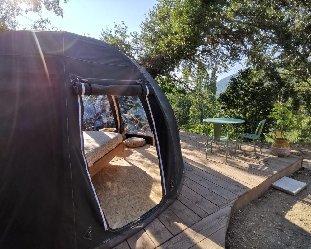 Bulle Provence sur sa terrasse en bois nature